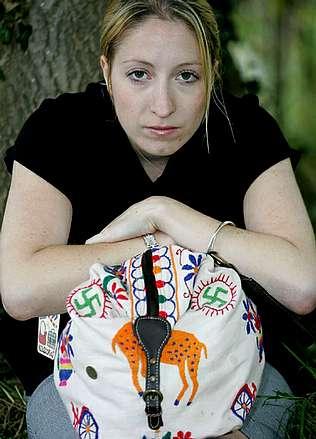 Zara retira un bolso con esvásticas bordadas