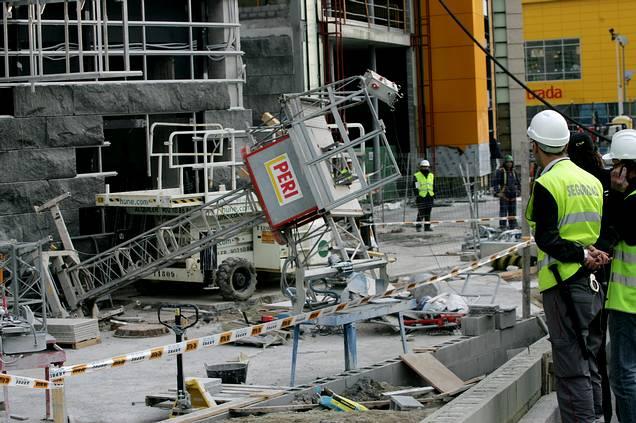 Dos trabajadores heridos al caer un andamio en las obras - Cine marineda city coruna ...