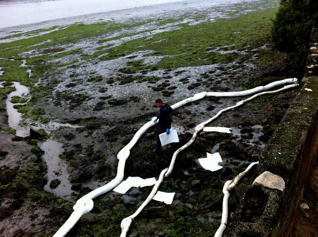 Un vertido obliga a desplegar las barreras anticontaminación en la ría de O Burgo