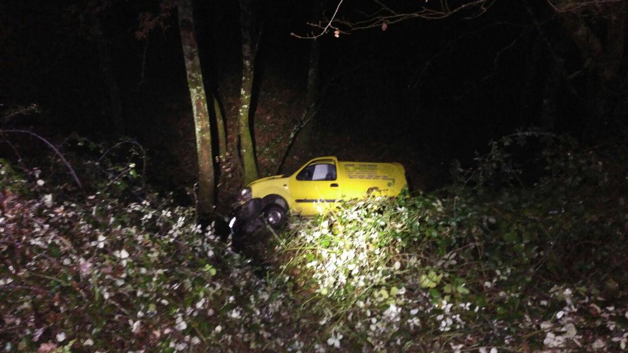 Fallece un hombre al volcar su coche en Maside