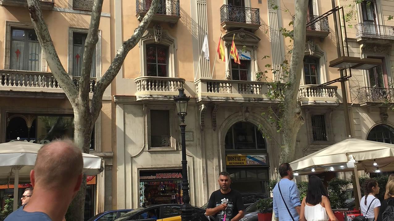 Conminan al Centro Gallego de Barcelona a retirar las banderas española y  gallega 31f58f20321