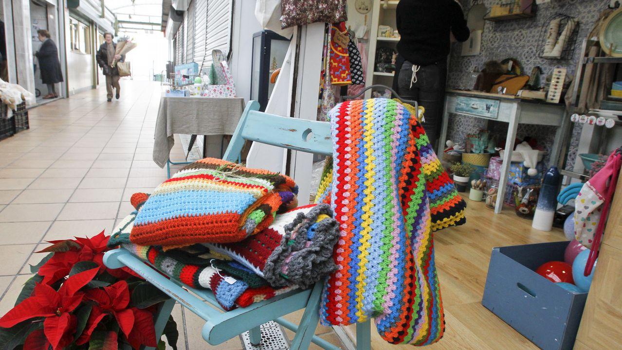 577ed53358 Mantitas de colores tejidas en silencio para ayudar a los vecinos