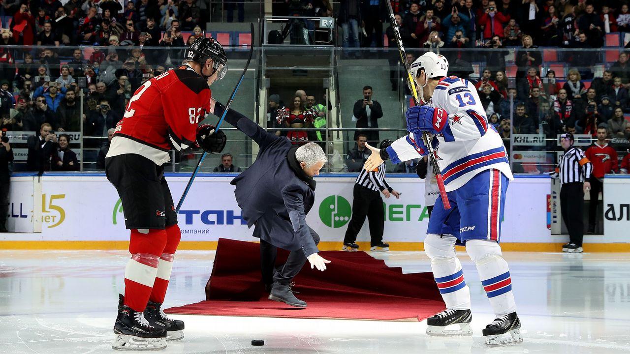 El tremedo resbalón de Mourinho tras hacer el saque de honor en un partido  de hockey sobre hielo d497bde489759