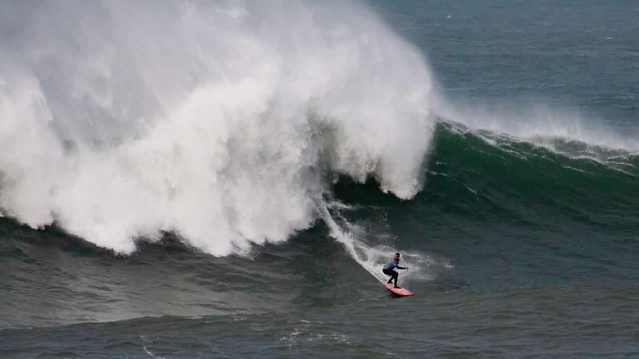Un novato gallego gobierna las olas grandes de España d41a826b05d