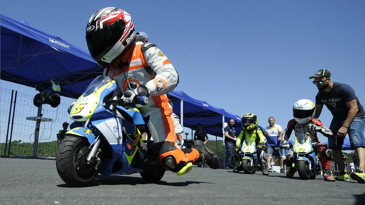 Niños Sin Límite De Velocidad En Las Carreras De Motos