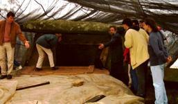Un grupo de docentes visitó ayer el dolmen en compañía del arqueólogo José María Bello Diéguez, que