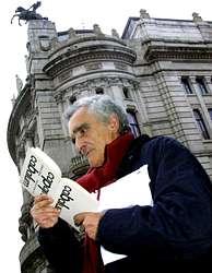 El poeta Carlos Oroza, en el centro de su ciudad, Vigo