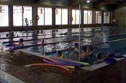 La piscina municipal ofrece cursos de nataci n terap utica for Piscina municipal vigo