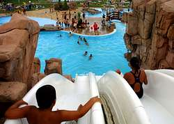 Las piscinas del aquapark de cerceda tendr n agua caliente for Piscina carballo