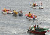 Mariscadores a flote de la ría de Ferrol faenando en el banco de As Pías.