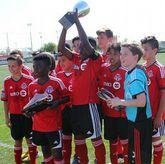 La plantilla del Toronto F.C. levantando su trofeo en Dallas.