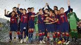 Los jugadores del F.C. Barcelona, ayer celebrando el segundo título culé en el AF7, que se suma al de la edición del 2013.