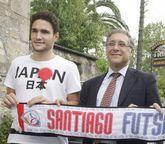 Iker y el presidente, Ramón García, el día de su presentación.
