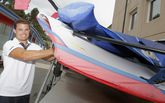 Iago López posó en el náutico portosinense junto a la embarcación de la clase olímpica 49er.