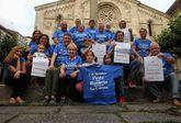 Los integrantes de la asociación posan con las camisetas y carteles de apoyo al Rosario festivo.
