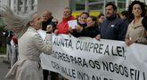 Los padres directamente afectados por el recorte de especialistas protestaron durante tres cuartos de hora en Monelos.
