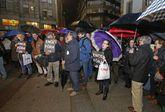 La protesta ante la sede provincial del PP se desarrolló bajo una fina pero intensa lluvia.