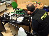 Un guardia civil examina parte del material incautado en A Coruña.