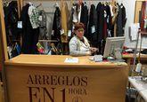 La tienda de arreglo de ropa es una de las más antiguas, aunque cambió de local.