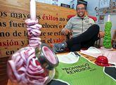 Torres con las pulseras verdes y rosas con las que difunde su blog y apoya a otros deportistas.