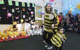 Desfile en Brión. Los 85 niños de la guardería se disfrazaron de animales utilizando material reciclable.