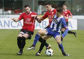 El capitán Mario y el centrocampista Bendaña presionan al delantero del conjunto coruñés.
