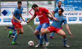 El delantero del Bergantiños Rubén Márzquez lucha por un balón ante el ceense Fiuza.