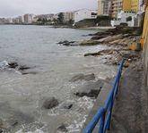 La falta de arena deja la playa a merced de las olas.