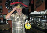 Roberto Ruiz, con adornos propios del carnaval