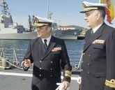 Garat Caramé, acompañado de Antonio Pintos, a su llegada a la «Méndez Núñez».