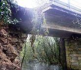 El puente está en el límite entre Santa Comba y Mazaricos.