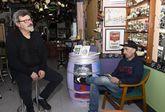 Fernández Canosa pinta a uno de sus grandes amigos, Roberto Traba, en el bar A Galería.