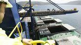 Descarga de un carbonero en las instalaciones de Endesa en Caneliñas