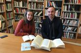 Almudena Mosquera y Javier López Quintáns, coordinadores del grupo interdisciplinar en la biblioteca.