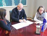 El alcalde vimiancés, ayer, firmando el convenio con Afaber