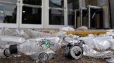 Restos de botellas en el exterior de la discoteca Time Warp donde se celebró el festival de música electrónica en el que murieron cinco personas