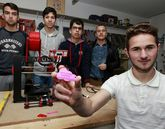 Los chavales muestran los llaveros que elaboran con su impresora 3D