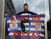 Vasileiadis, con la bandera que se hizo célebre en Sar, en su primera visita a Santiago.