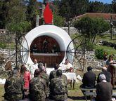 La misa se celebró al aire libre en la capilla con forma de bomba.
