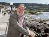 Moncho Viña, no paseo marítimo de Caión, a vila onde transcorre parte desta historia que conta.