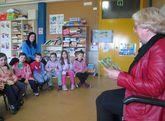 Parientes de los escolares del centro les narraron relatos.