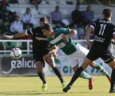 Santi Comesaña, durante una jugada del derbi de ayer contra el Racing de Ferrol.