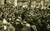 Manifestaciones en San Amaro. El 1 de mayo de 1931 cientos de personas salieron de María Pita hacia San Amaro donde ofrecieron flores en el cementerio civil y en la cruz de los olvidados. Fue el mismo año en el que Curros era recordado en San Amaro (en la foto) con otra manifestación