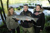 Alonso con su mujer, una de sus hijas y el segundo salmón.