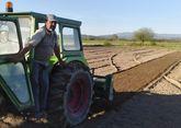 Julio Rodríguez trabaja sus fincas en A Limia con tractor.