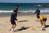 Vela, Joselu y Pablo Rey trabajaron el martes en la playa para facilitar su recuperación.