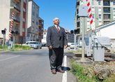 Ramón Macía no paso a nivel da rúa Francisco Moure, un dos numerosos lugares onde traballou