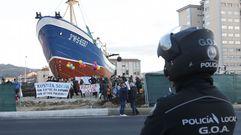 Desalojo de los opositores al barco de Coia