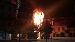 Un voraz incendio en pleno corazón del casco histórico
