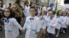 Los alumnos del colegio de O Piñeiriño desfilan por las calles del barrio
